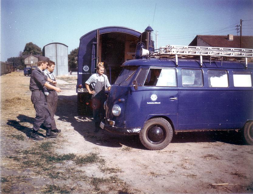 Helfer-und-Fahrzeuge-alter-VW-Bus